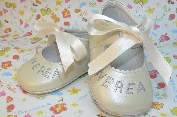2d0ee0db5 Zapatos para bautizos personalizados con el nombre del bebé - CharHadas
