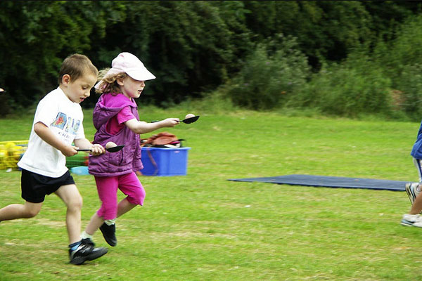 Juego de carreras con huevos para niños - CharHadas