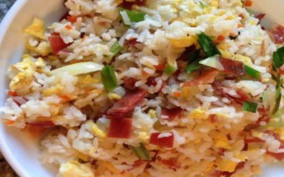 Huevo con cebolla y arroz