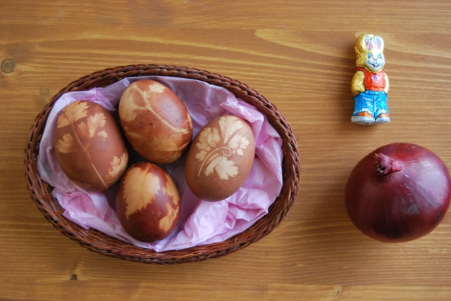 Huevos de Pascua con tinte de cebolla. Easter eggs tinted with onion skin (71)