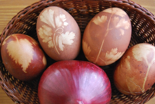 Huevos de Pascua con tinte de cebolla. Easter eggs tinted with onion skin (69)
