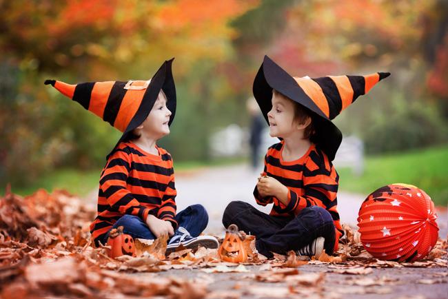 Niños jugando en Halloween