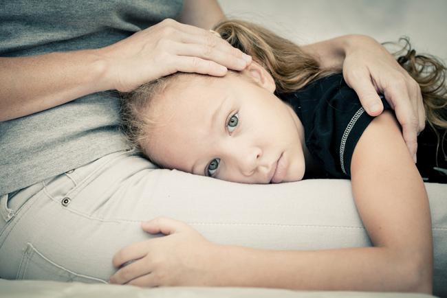 Niña con miedo madre consolando a niña