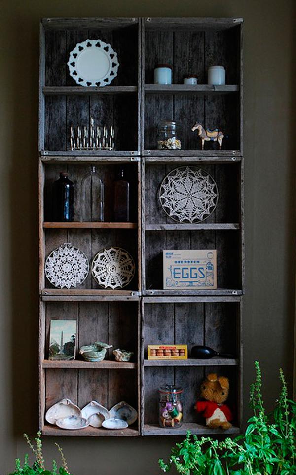 Crea una estantería con cajas antiguas