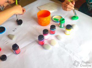 Pintando piedras con los peques