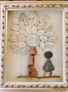 Manualidad de piedras en cuadro con árbol de PiedraCreativa