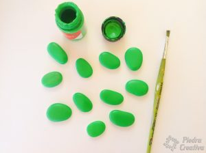 Piedras pintadas de verde para árbol con nombres