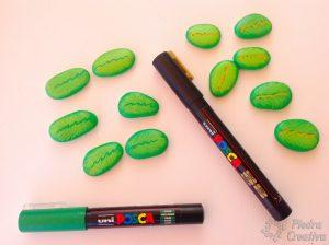 Pintar piedras con rotuladores para árbol de nombres