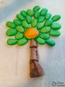 Manualidad de piedras pintadas del árbol con nombres de la clase