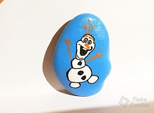 Olaf pintado en piedra con detalles